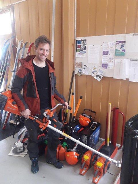 UTLÅN: Peter Andresen med noe av utstyret som Lofoten Friluftsråd nå låner ut.