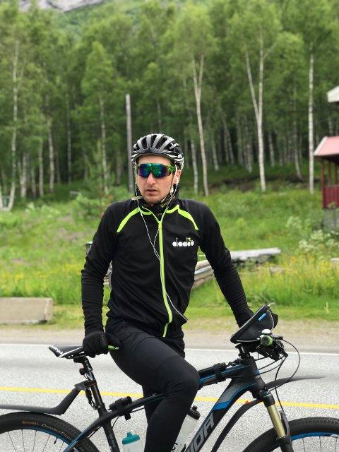 PÅ TUR: Gaute Tømmerås på sykkelen.