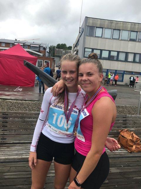 Emma Nordgård (t.v.) imponerte stort og gikk seirende ut av søskenbarnduellen med kusine Andrine Hegdahl, som også løp en sterk 10-kilometer under Hadsel Maraton.