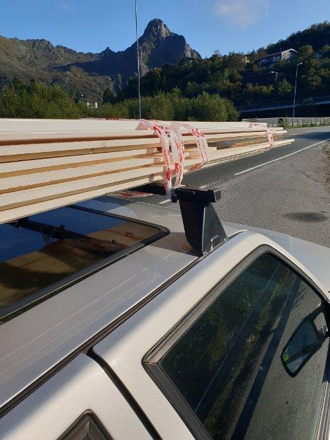 Kjøreforbud: Denne bilen ble ilagt kjøreforbud som følge av at lasten på taket kun var festet med teip.