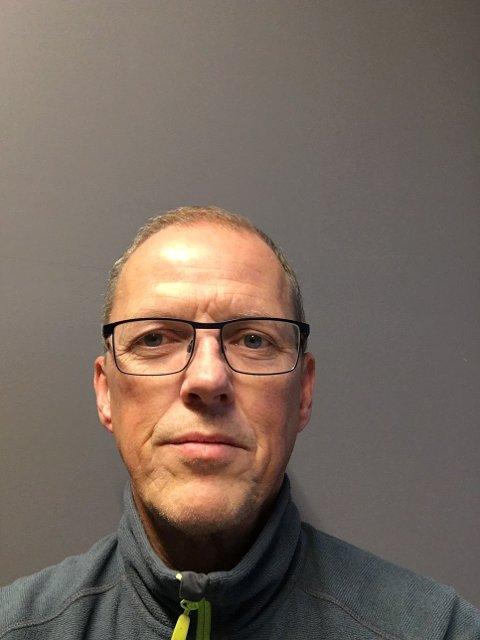 Måleransvarlig Jan Robert Nilsen hos Lofotkraft AS ber kunder med hytter og fritidsboliger bruke den nye strømmålerens av og på-knapp når man skal gjøre anlegget strømfritt over lengre tid.