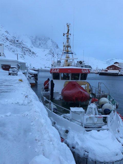 «Det Norske Veritas» har evakuert 20 personer fra Ballstadlandet og inn til kai ved Jokerbutikken i Ballstad.