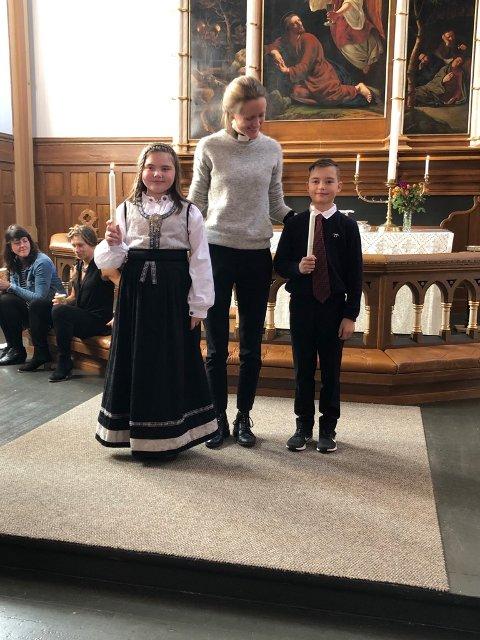 """Dåp: Lørdag arrangerte Den norske kirke dåp og vigsel som """"drop-in"""" tilbud i Lofoten for første gang. Tilbudet skal gjøre ritualene mer tilgjengelig for alle. Tvillingene Trond-Erlend og Anikka ble begge døpt denne dagen. Her med sokneprest Aina Marie Svendsen."""