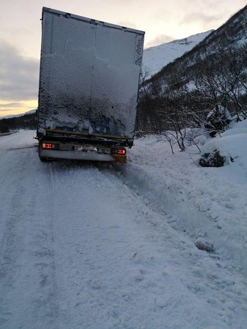 Lastebil kjørte seg fast ved Vestpollen på E 10 tirsdag.