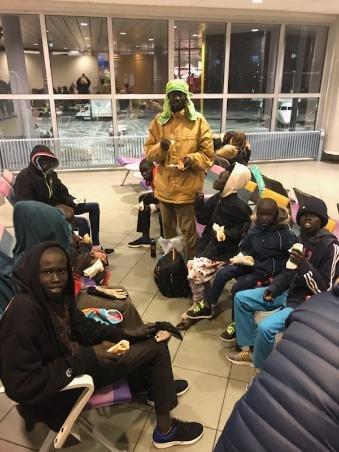 En familie med kvoteflyktninger ankom tirsdag kveld Bodø Lufthavn nesten uten klær. Marion Frantzen tok tak og skaffet familien fikk klær og mat med hjelp fra Tommy Olsen og Trine Hansen og Widerøe.