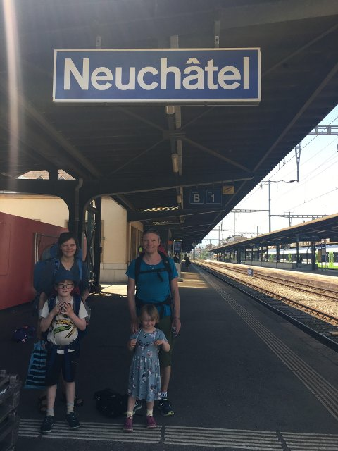 Togferie: Fredrik Lotind, Elisabeth Lotind og barna Birk og Embla er på togferie nedover i Europa. Her på togstasjonen i Neuchâtel.