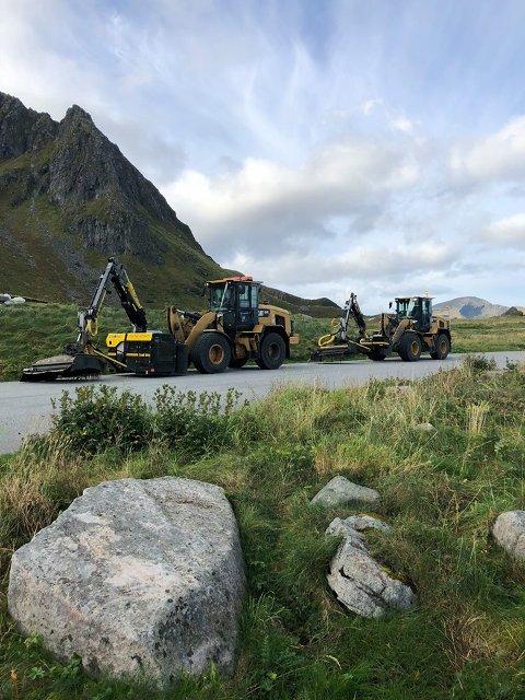 Kantklipping vil pågå langs Fv888 og langs E10 i noen uker framover med to maskiner fra firmaet Trygve Martinsen & Sønn AS.