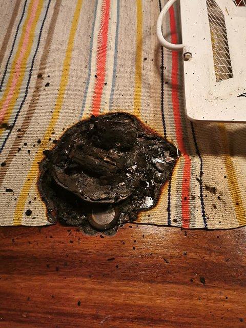 Forkullet: Røykvarselen er ikke gjenkjennelig og har svidd et stort merke ned i bordet. Nilssen er glad for at det ikke ble større skader.