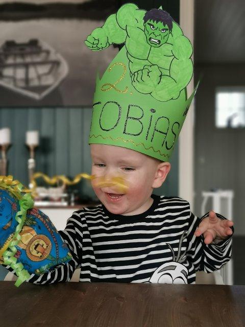 SUPERFORNØYD: Tobias (2) var helt i hundre da bursdagskronen ble levert på døren.