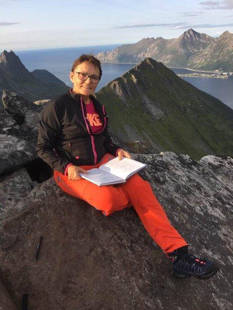 TOPPVAKTMESTER: Jorunn Enoksen har gjennom en årrekke vært toppvaktmester for den populære toppen Segla på Senja.