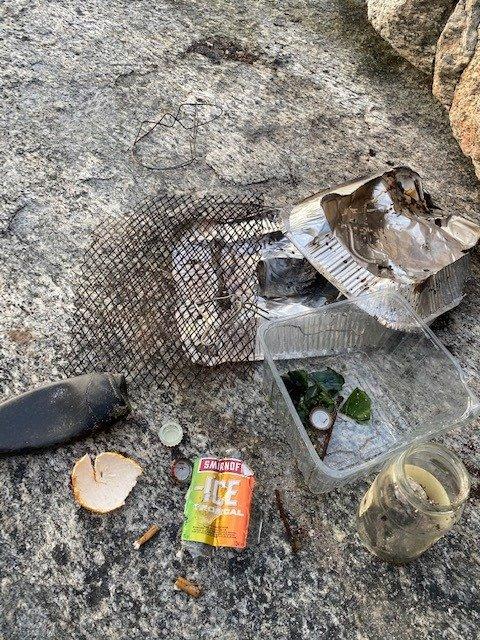 SØPPEL: - Dette fant vi på et lite område, sier Helge Mathisen som mener folk må ta med seg søppelet hjem etter de har kost seg på tur.
