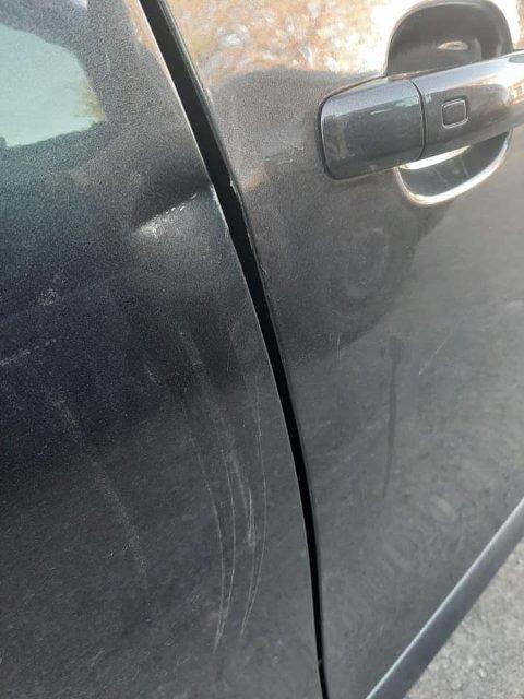 SKADER: Det var tydelige skader på personbilen.