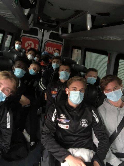 På bussen: Her er u20-laget til Leknes FK på vei til Vågan for å spille kamp igjen - iført korrekt smittevern!