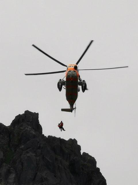 Et redningshelikopter rykket tirsdag ettermiddag ut for å hente en skadet kvinne.