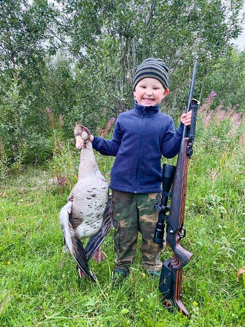 VILL MIDDAG: Johan og pappa hadde en super jakttur ved Laukvika. Gåsa skal de lage noe godt av i lag. Kanskje gåsegryte med masse fløte i og ris til. Nam, nam!