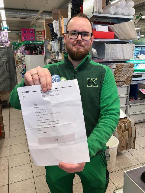 SVINDEL: Magnus Robertsen Knutzen ved Post i butikk hos Kiwi Svolvær Sentrum sier at postpakkesvindel på epost florerer på nett.