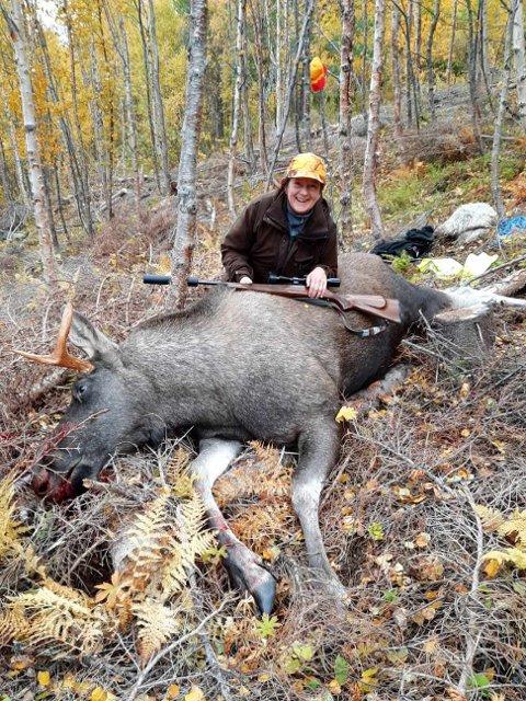 171 kg: Norma Sommerbakk med den 171 kg tunge oksen hun felte i helga.