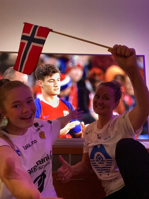Klar: Mamma Monica og lillesøster Linnea er klar for å heie på Mathias i landskampen.