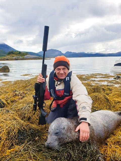INNERTIER: Skule Karijord, fra Storfjorden på Vestvågøy, skjøt denne steinkobba som lå på et lite skjær.