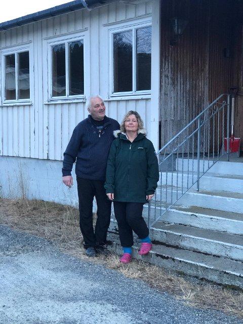 KJØPT: Elaine og Geir Ove Per Nilsen utenfor det gamle Helsehuset i Digermulen, som de har kjøpt av kommunen.
