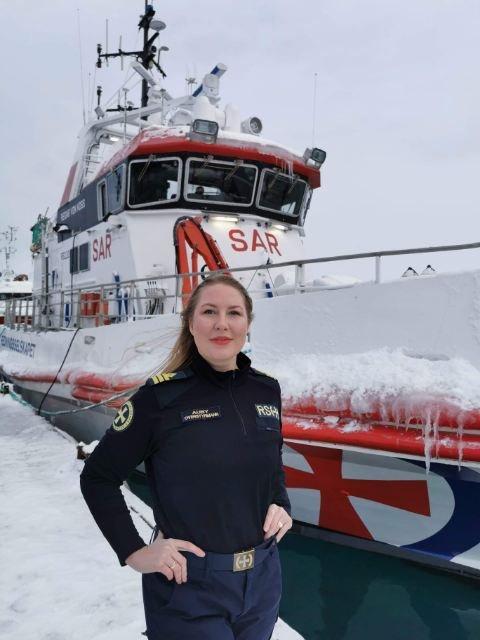OVERSTYRMANN: Tiril Auby (35) jobber som overstyrmann på redningsskøyta.
