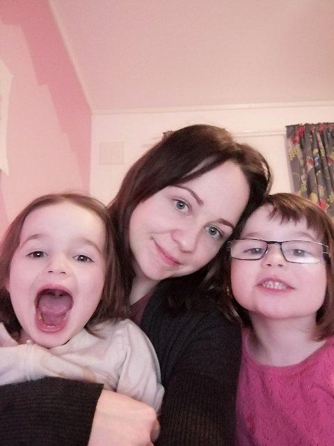 Fornøyd: Karoline, her med døtrene Ruby og Emily er fornøyd med barnehagens koronahåndtering.