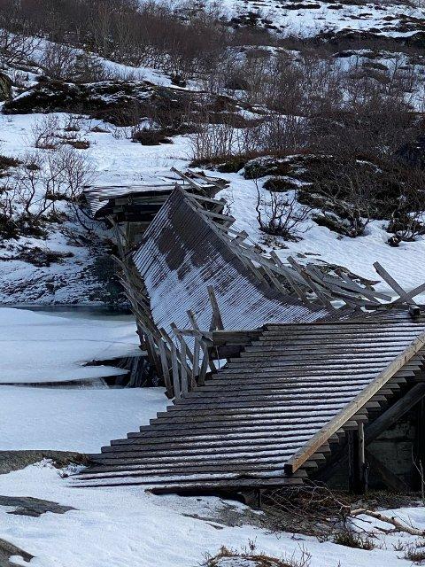 Stormen har knust hengebrua over Svolværvannet til pinneved.