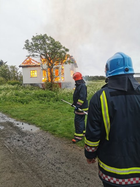 Tester: Nytt utstyr til brannmannskap i Henningsvær slukker effektivt i påvente av røykdykkere ved brann i det berømte fiskeværet.