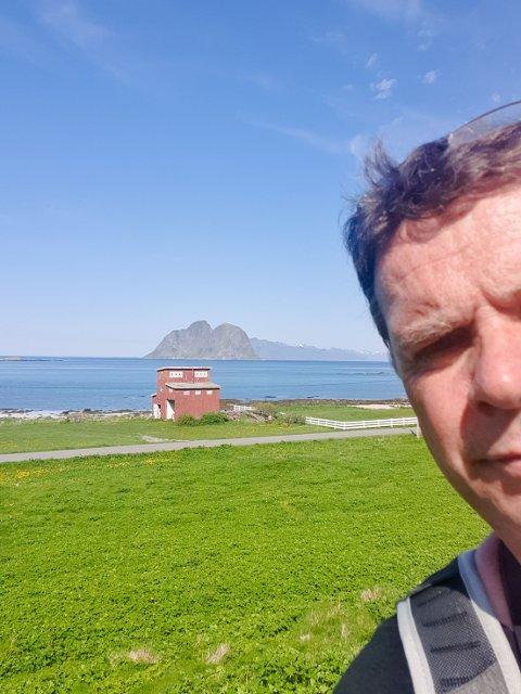 PÅ LETNG: John Alsvik (55) er en av flere rogalendinger som de ti siste årene har dratt til Værøy under fugletrekket for å se etter sjeldenheter. Her er han på nordsiden av Værøy med utsikt mot Mosken og Lofotodden.