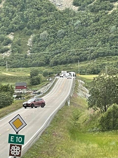 BLÅST OVER ENDE: En campingvogn skal ha veltet på grunn av vind på Offersøybrua.