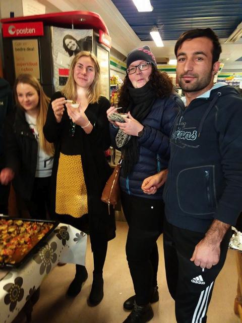 Patrycja fra Polen hadde laget kroketter. Her smaker flyktningkonsulent Tonje Brekken og miljøarbeider Charlotte Aalberg på kurdisk tesjyk laget av Mizgin.