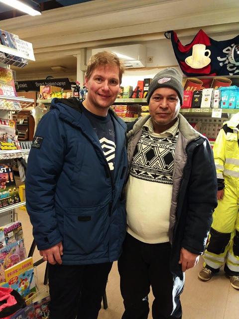 Jan Aslak Larsen sammen med Omar Almohammad som intervjuet kundene.