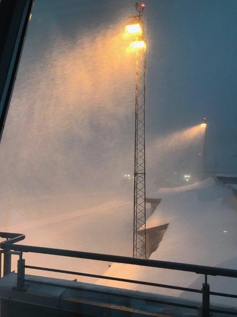 Slik så det ut utenfor tårnet på Leknes lufthavn søndag klokka 15:00.