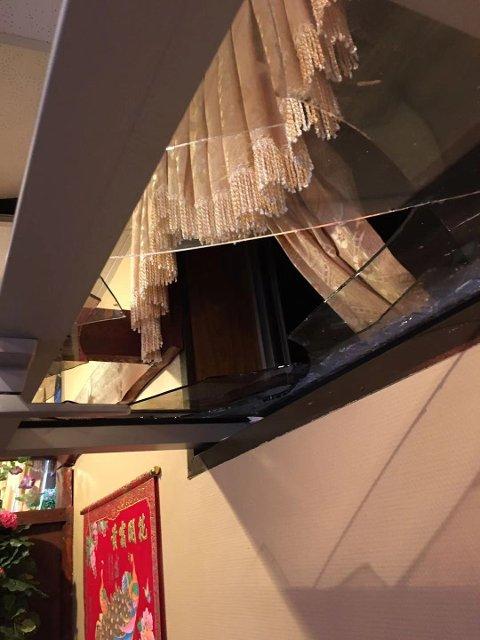 KNUST: Vinduet ble først forsøkt knust, før det har blitt presset ut av rammen slik at innbruddstyven kom seg inn.