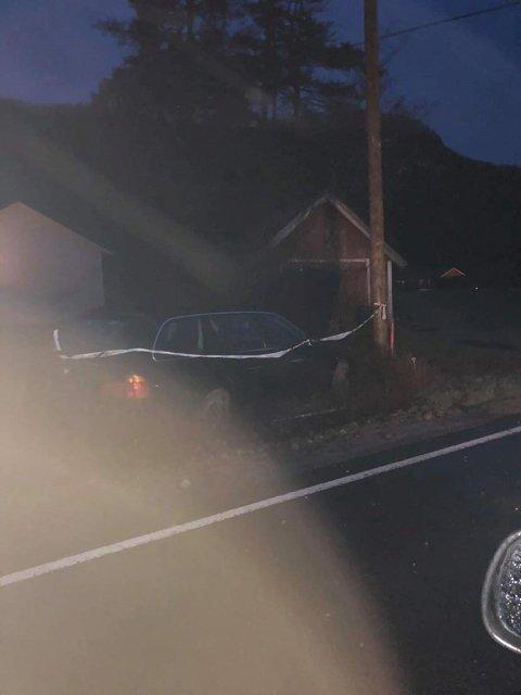 UTFORKJØRING: Bil som har kjørt av vegen og inn i en hage i Kvåsveien, Moi, Lyngdal. Bilfører stakk fra stedet.  Politiet etterforsker saken.