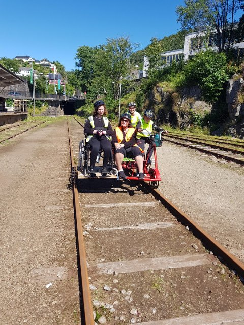 RULLESTOL MED: Fornøyd familIe tilbake etter dresintur. Rullestolavhengig ingen hindring for å oppleve Flekkefjordbanen.