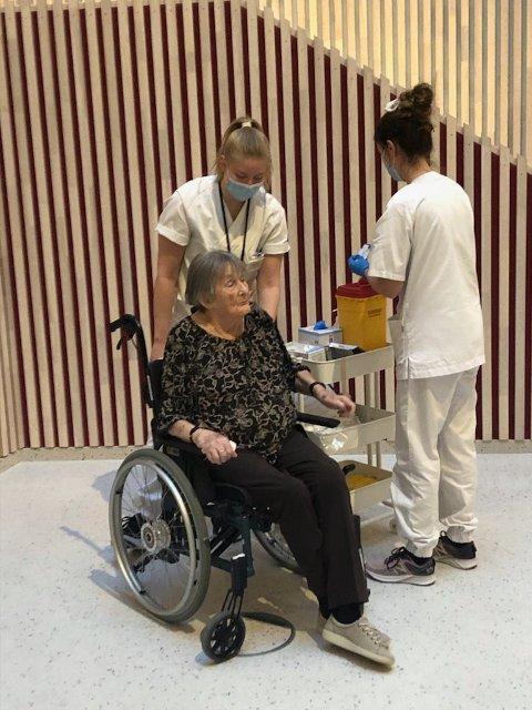 VAKSINE: Lillian Litland fra Lyngdal ble den første som tok koronavaksinen i Agder og Lyngdal. I løpet av neste uke mottar Lyngdal kommune 35 nye doser og vaksineringsarbeidet fortsetter.