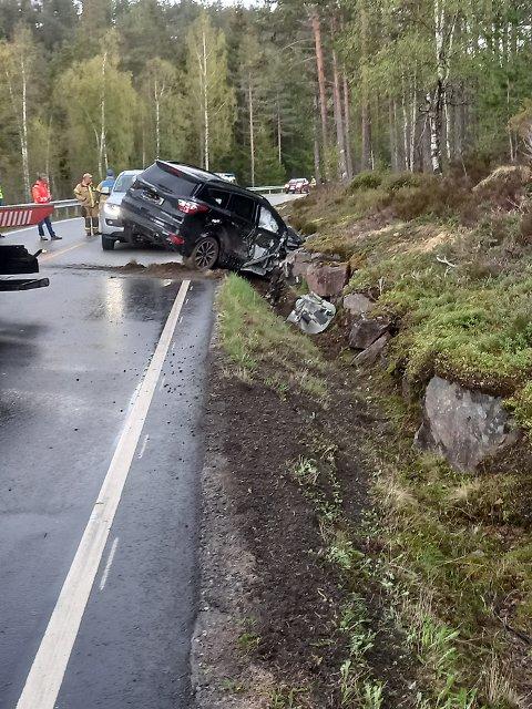 UTFORKJØRING: Ulykkesbilen fikk omfattende skader.