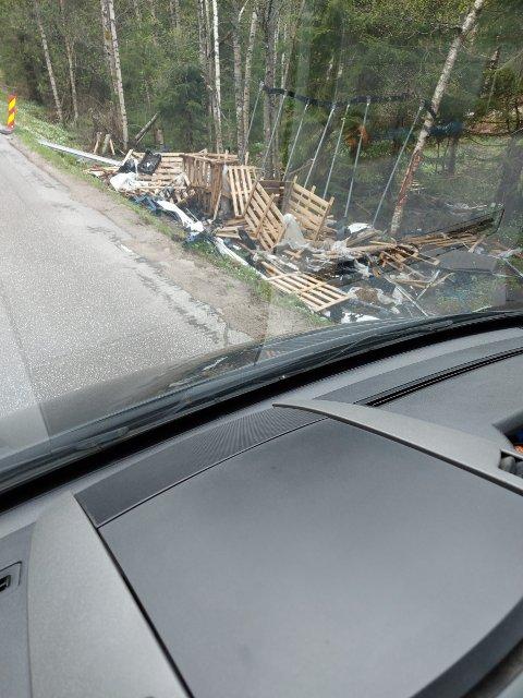 RESTER: Ånen Leland tok dette bildet tirsdag 25. mai. Over fem uker etter traileren veltet mellom Tingvatn og Byremo.