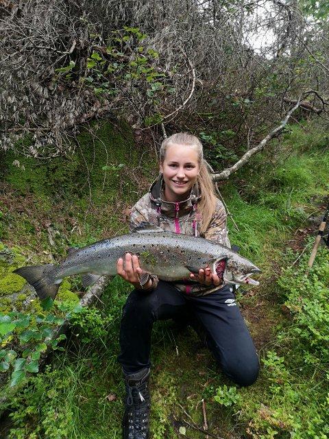 HÅPER DET SNUR: Vibeke Abusland med årets hittil eneste fangst på 5,1 kilo, sier vannstanden ikke har vært all verden i år.