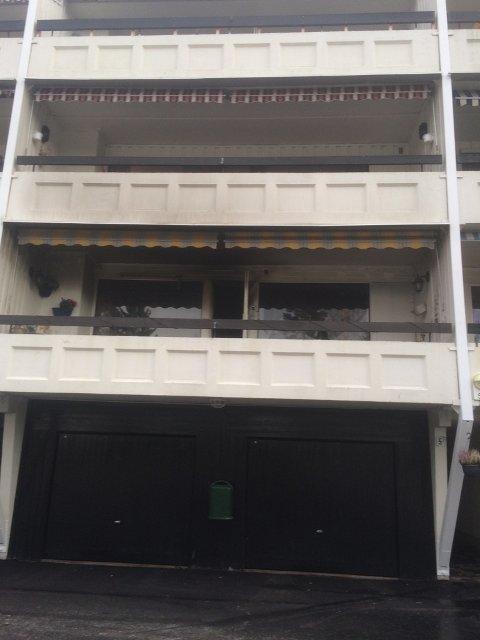 RØYKSKADER: Både leiligheten den omkomne bodde i, og de nærliggende leilighetene i Plogsvingen har fått omfattende røykskader etter brannen natt til søndag.
