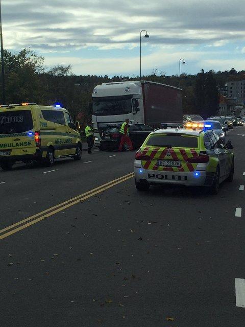 SMELL: En trailer og en personbil som smalt sammen på Rådhusbrua i Moss torsdag ettermiddag skapte køer helt til E6.
