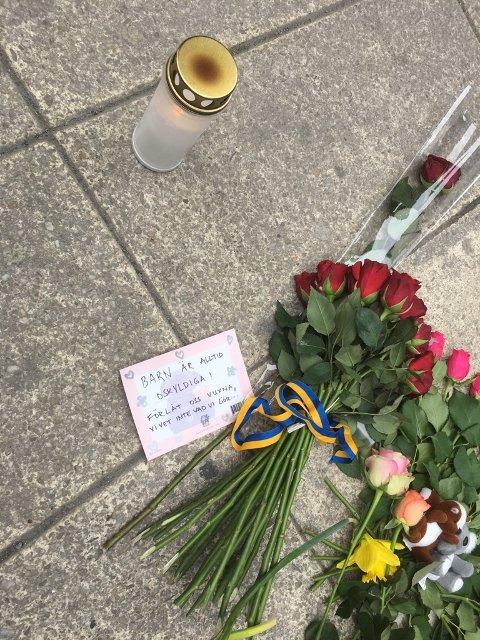 Masse mennesker med blomster i sentrum av Stockholm dagen etter terrorangrepet.
