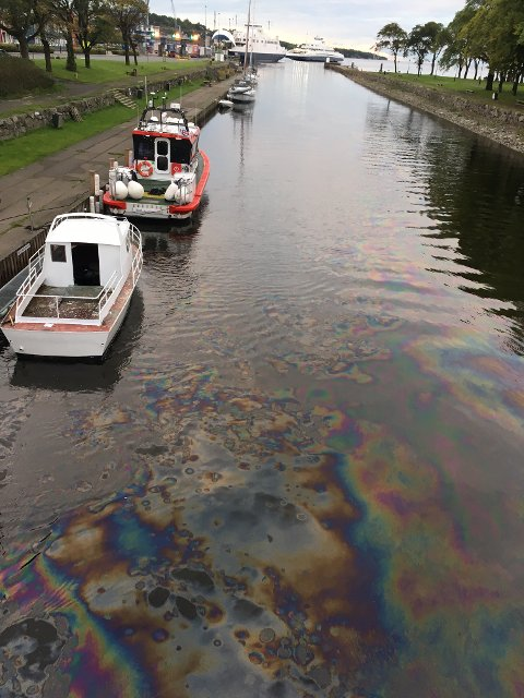 En leser tok dette bildet fra kanalbrua etter at han merket en sur lukt på vei til togstasjonen i morges.