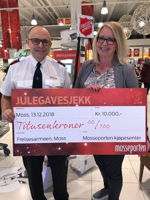 BIDRAG: Senterleder Kamilla Tarvang Aagaard på Mosseporten senter overleverte sjekk til Bjørn Løvdahl i Frelsesarmeen i Moss.