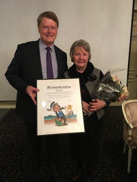 ÆRESMEDLEM: Gretha Kant ble tildelt æresmedlemskap i Moss Industri- og næringsforening av daglig leder Widar Salbuvik.