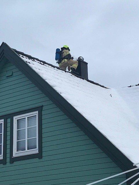PIPEBRANN: Brannvesenet måtte ut på en adresse på Krapfoss lørdag ettermiddag, i forbindelse med en pipebrann.