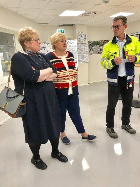 BESØK: Statsminister Erna Solberg og kultur- og likestillingsminister Trine Skei Grande på besøk hos Rockwool tirsdag.