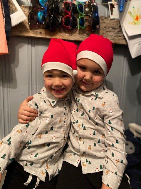 KARANTENEJUL: Kyrre Erling (3) og Isak Thomas Bjørk (5) feirer jul hjemme i år fordi minstemann er i karantene. Sammen har de blitt enige om at de skal kose seg uansett.