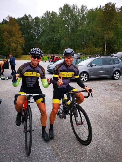 VINNERE: Både Remy Dirks (48) og Ottar Farstad (53) vant Femsjøen rundt 2021 – i hver sin aldersklasse. Her står de sammen etter at begge var i mål.